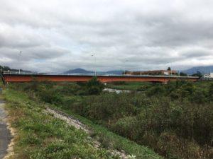 伊座並のシーンの赤い橋