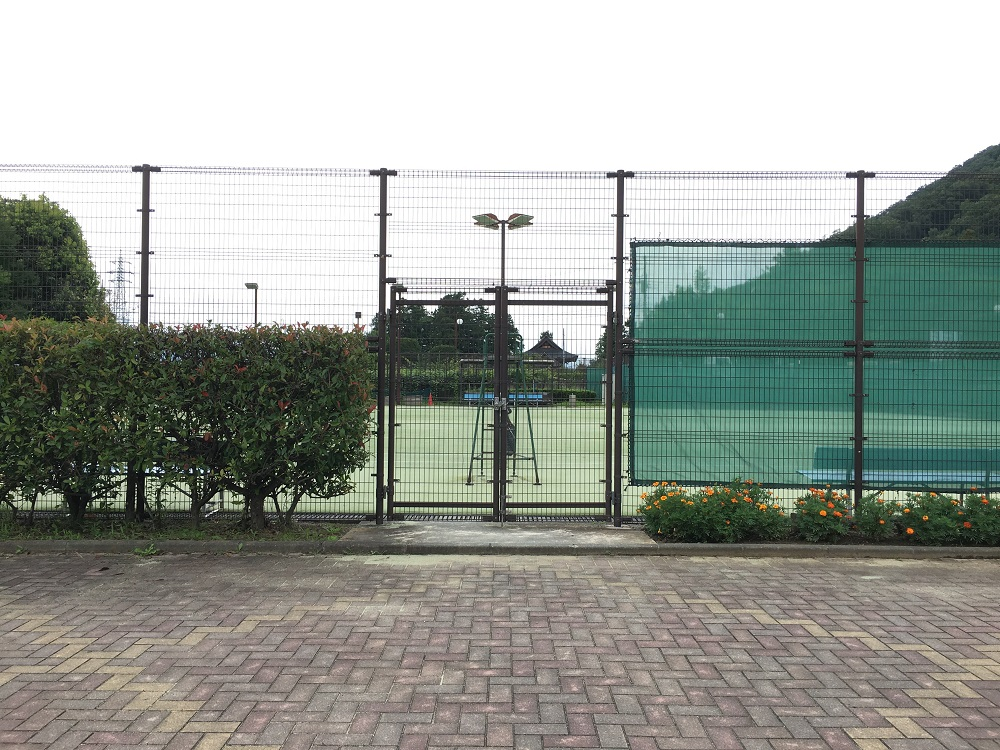 春日居町のテニスコート